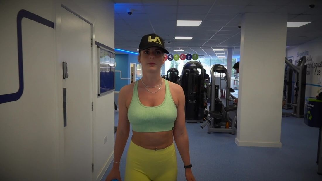 Fitness Girl & PT Andrea trains Upper Body in a BUSY Gym!!