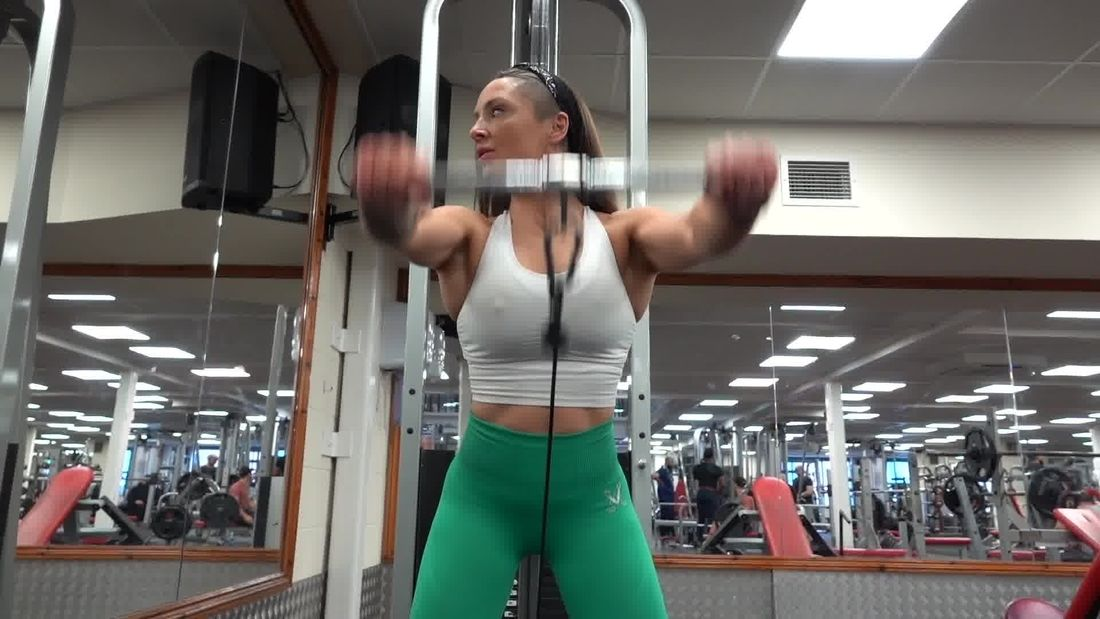 Clare Louise Trains Arms & Shoulders