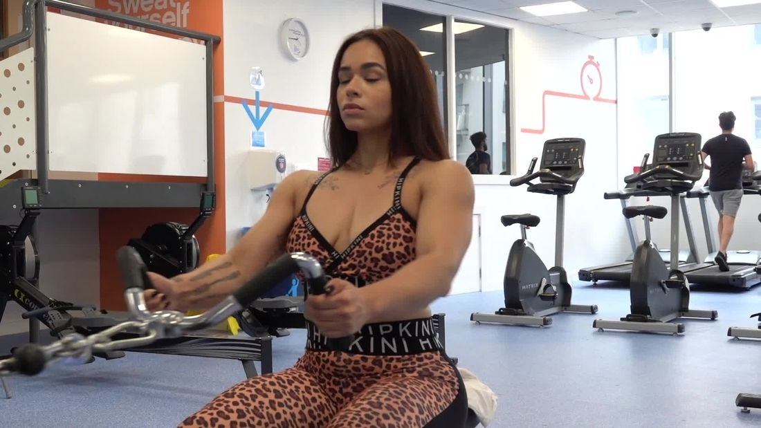 BEAUTIFUL LATINA Trains Full Body in The Gym